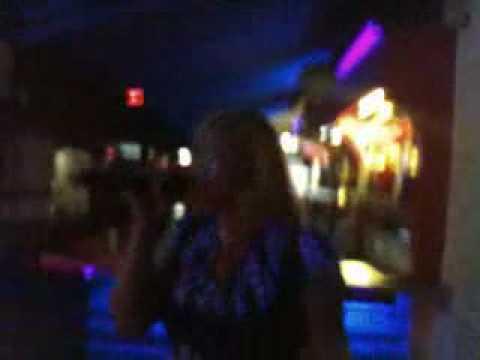 Carla cantando en el Latin-Club D'Rumba Karaoke Total Basel