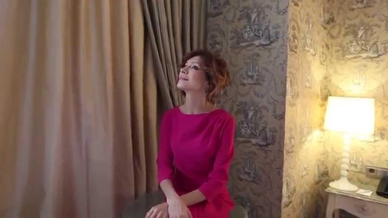 симпатяжка ходит обнаженной видео онлайн