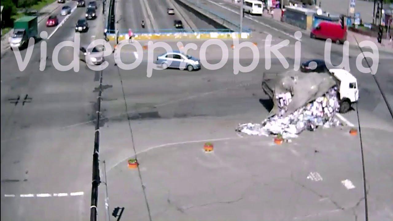 Курьёзное ДТП с фурой у метро Дорогожичи в Киеве