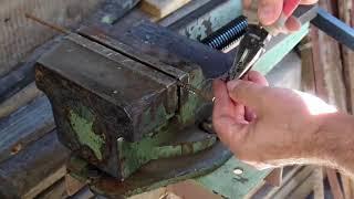 Самодельная пружина для секатора тиски и пасатижи решают проблему