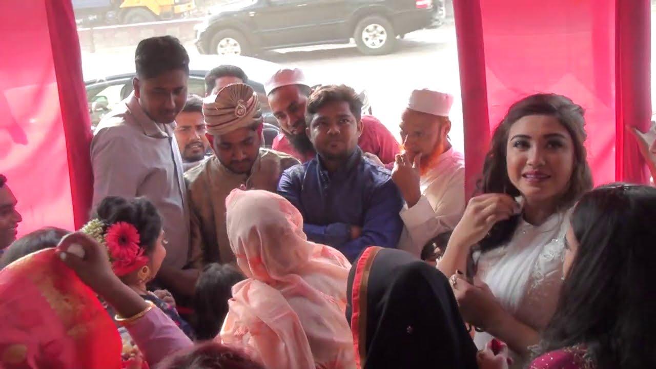 এত সুন্দর শালিরা যখন গেট ধরে.জামাইকে কি বিপদে পড়ে দেখেন😱গ্রামের বিয়ের গেট .muslim marriage site.--