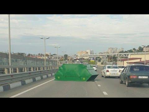 У мусоровоза на ходу оторвался контейнер: Момент ДТП