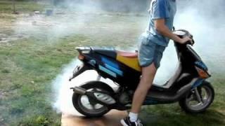 Palenie gumy SKUTEREM aprilia sr50 burnout