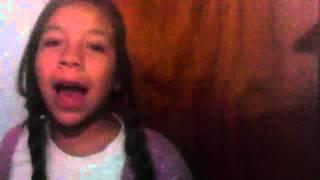 Chica canta frozen y se cae