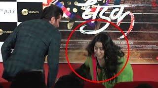 Dhadak के Trailer Launch से पहले Janhvi ने छुए चाचा Anil Kapoor के पैर, लिया आशीर्वाद