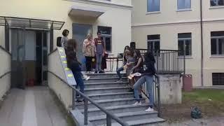 Fabio canta con un microfono a scuola : supereroi di Giorgio Vanni