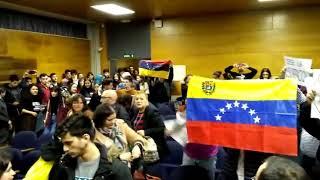 Protestas de opositores venezolanos a Maduro nun acto do cónsul na USC