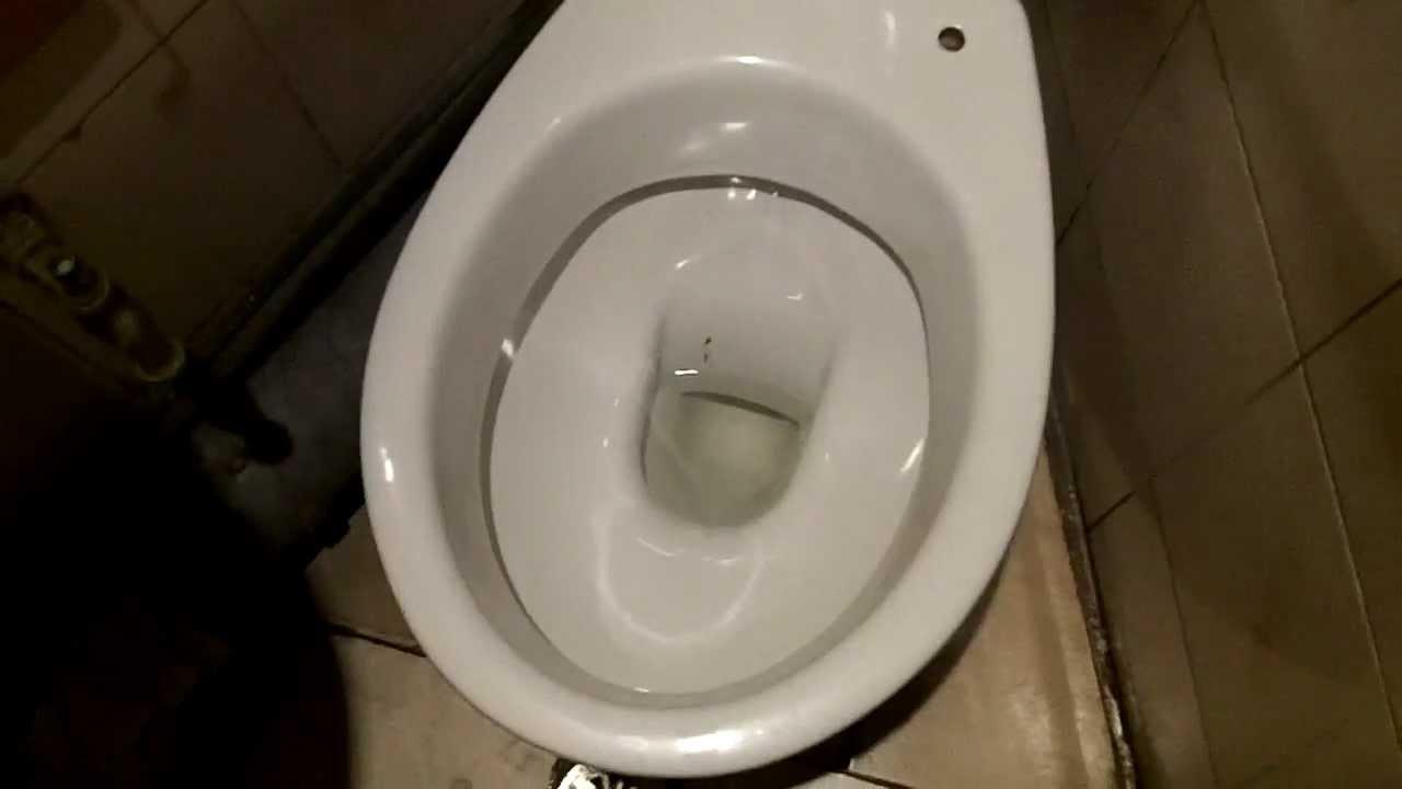 La trombe high cistern and Allia Paris toilet bowl. - YouTube