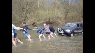нива 4х4 шевролет  Chevrolet Niva чуть не утонула заглохла посередине маленькой речки(, 2013-06-18T08:20:47.000Z)