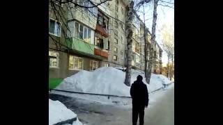 Семеныч отжимает холодос через два этажа. Задействованы три человека. Хозяев двух квартир нет дома.