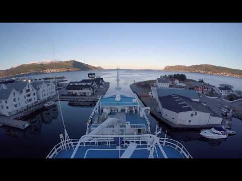 Teigenes segler ut fra `kystens pærle`Fosnavåg By i herøy kommune m&r :)