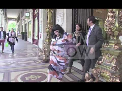 Gossip lead singer Beth Ditto barefooted in Paris !