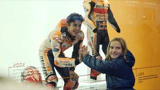 (Hidden camera) Marc Márquez in a department store window in central Madrid