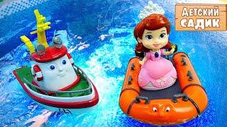 Развивающее видео для детей - РЫБАЛКА и Детский садик. Игрушки из мультиков в бассейне