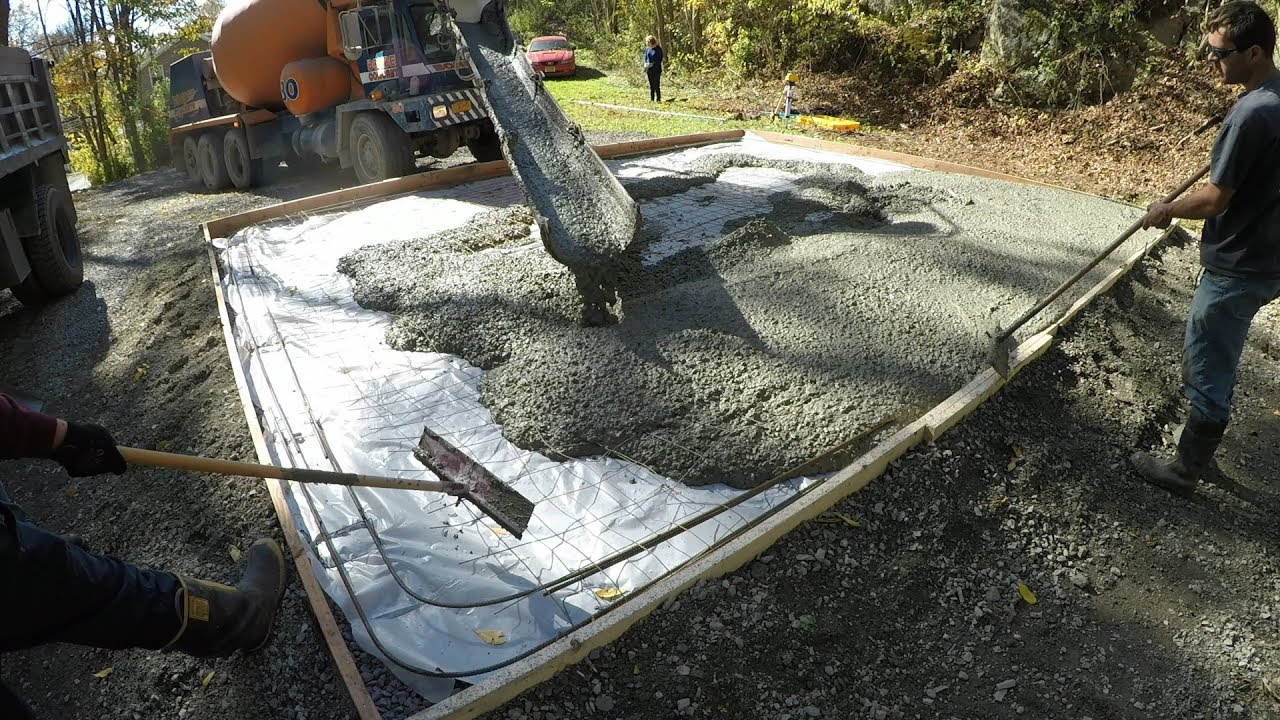 hight resolution of pouring a concrete slab for a new garage