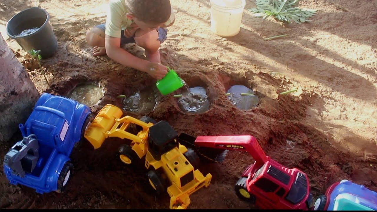 Brincar na Areia Criança Brincado na Areia com água