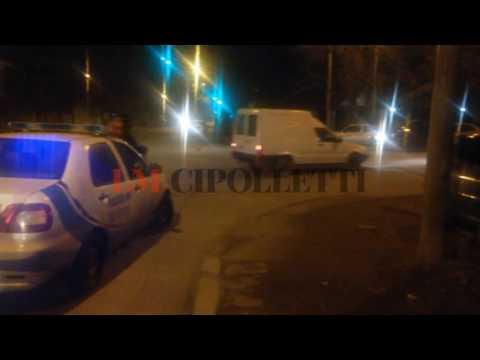 Un automovilista subió a la vereda y chocó contra un poste de luz