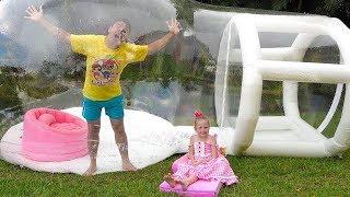 Stacy y papá compraron una enorme casa de globos inflable