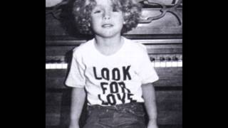 Billie Joe Armstrong singing at 5 years old. (Look For Love).