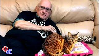 Вот уже полгода мужчина приходит в приют чтобы поспать в обнимку с кошками