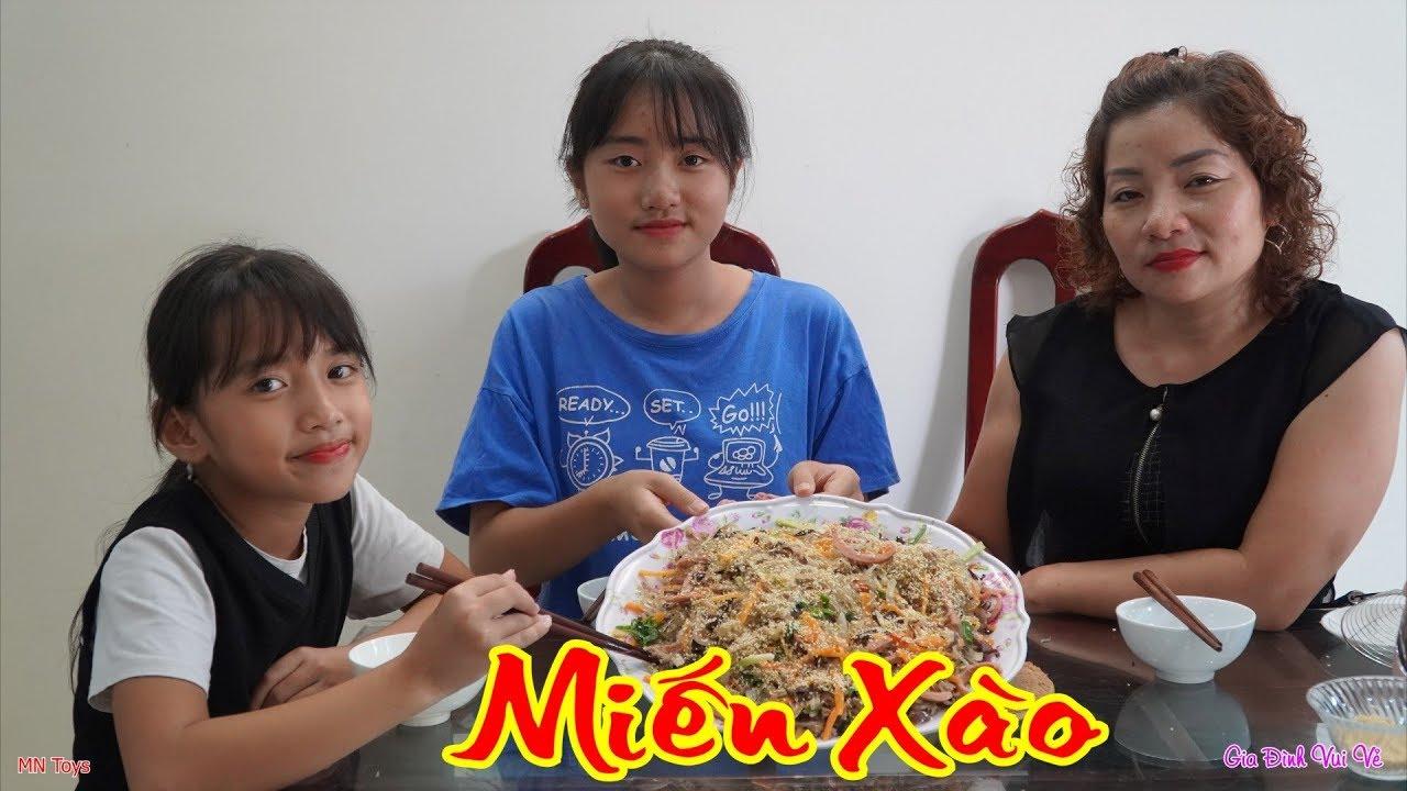 Mẹ Nấu Món Miến Xào Thịt Bằm Xúc Xích Rau Củ Cho Bữa Trưa - Gia Đình Vui Vẻ - MN Toys