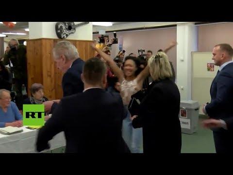Una activista de Femen sorprende al presidente de República Checa