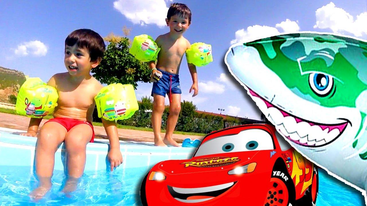 Saltos en la piscina con rayo mcqueen de la pelicula cars for La piscina pelicula