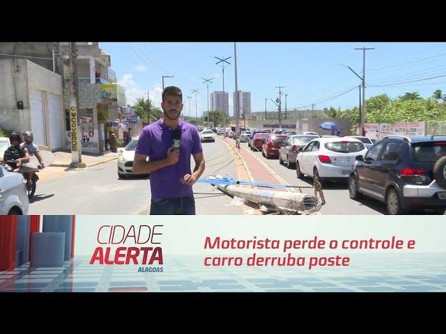 Motorista perde o controle e carro derruba poste em Jacarecica