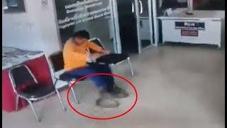 งูเลื้อยฉกหนุ่มพิการ เจ้าตัวตกใจลืมความพิการใช้ขาไล่เหยียบงู ก่อนจับงูมือเปล่าส่งตร.