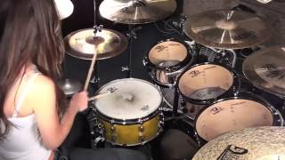 Девушка играет на барабане под Three Days Grace-Hate Everything About You