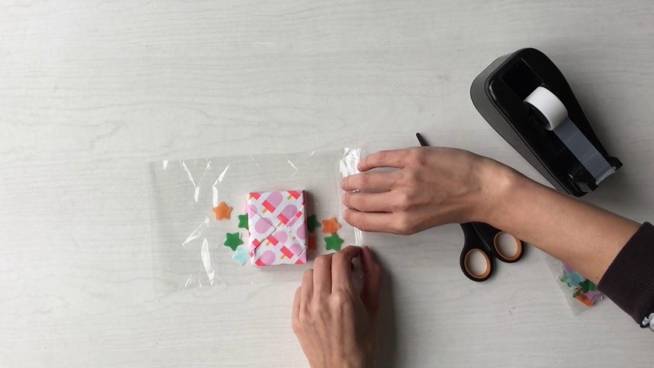 Cadeautje Inpakken In Folie Met Confetti