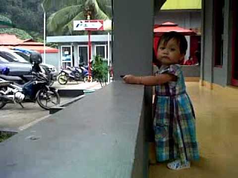 Video Lucu Bayi Fathia Edisi Mencari Bapak Penjual Minuman