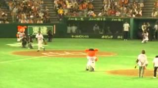 ジャイアンツvsタイガース 試合前から熱気むんむんの東京ドーム。始球...