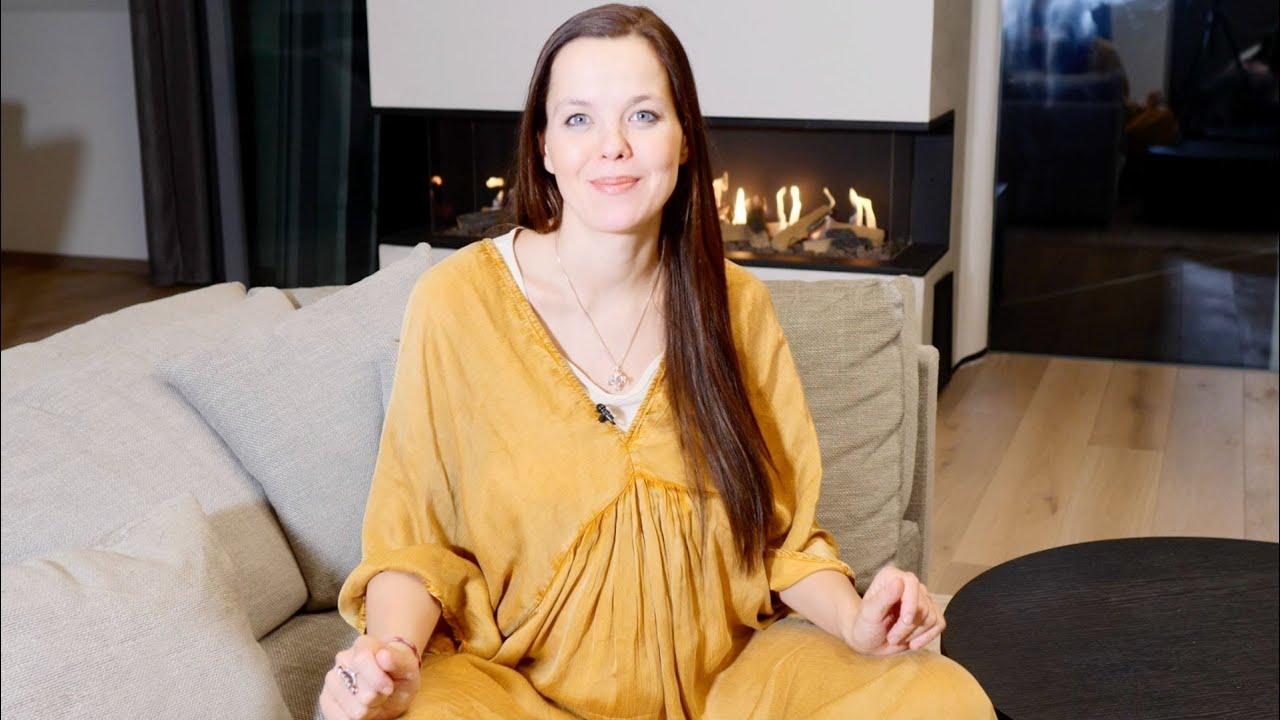 Zralá žena na červeném gauči