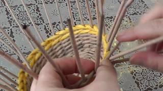 Как спрятать кончики газетных трубочек в плетение