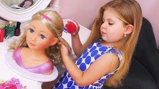 Diana hace el maquillaje de la muñeca