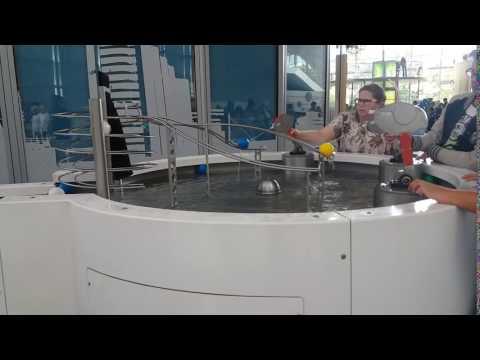 Підйом кульки під тиском води. Центр науки і техніки в Гдині.