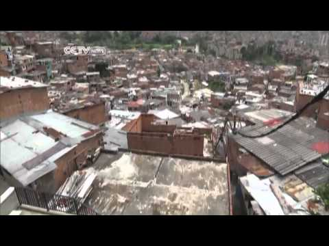 Giant Outdoor Escalator in Medellin Improves Lives of Slum Residents (Part 1/2)