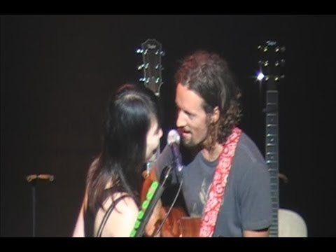 """Lucky fan gets to sing """"LUCKY"""" onstage with Jason Mraz (Esther Kim) - Auckland 15.11.11"""