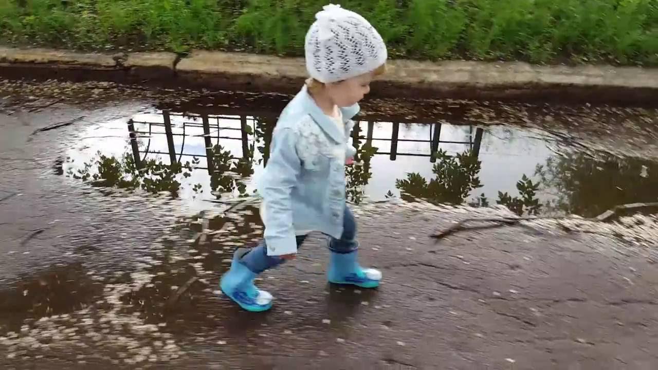 Девочка скачет на резиновом фалоимитаторе