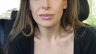 Красивая девушка говорит про порно и выборы