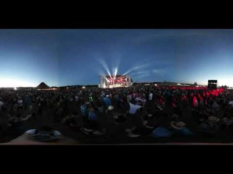 Terres du Son 2016 : La foule pendant Emir Kusturica