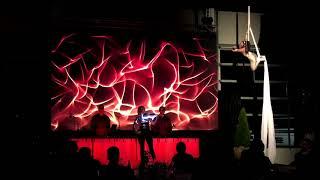 Tuch-Luftakrobatik meets LED-Geige & LED Trommler
