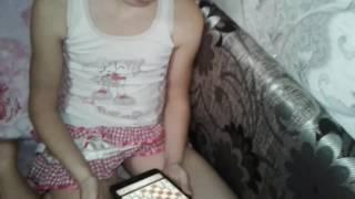 Обучение/как играть в шахматы, шок 8-и летняя девочка играет в шахматы