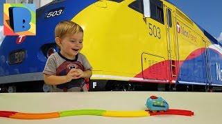 видео Детская железная дорога Music Train - FS-34793A (голубой)