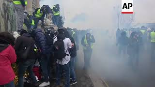 Yellow vest activists blame police for Paris clashes