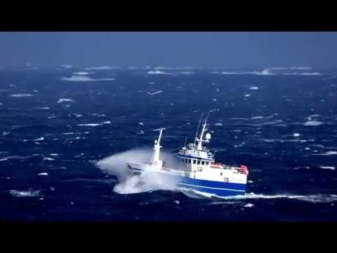 Garnbåten Breivik Junior av Florø stamper seg forbi Sveggesundet på vei sørover leia.