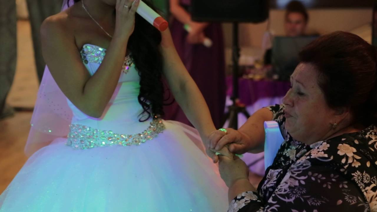 Невеста на свадьбе поет маме