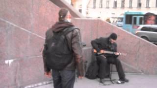 Песня Цоя исполняется под гитару на Невском.St.Petersburg.Musiciant sing the song on Nevsky(Это видео создано с помощью видеоредактора YouTube (http://www.youtube.com/editor)Записано 30.11.2013., 2013-11-30T22:51:27.000Z)