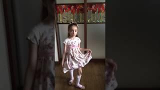 Кира на стиле танцует танец макарена